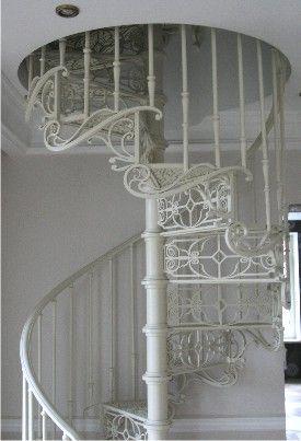 Белая металлическая лестница