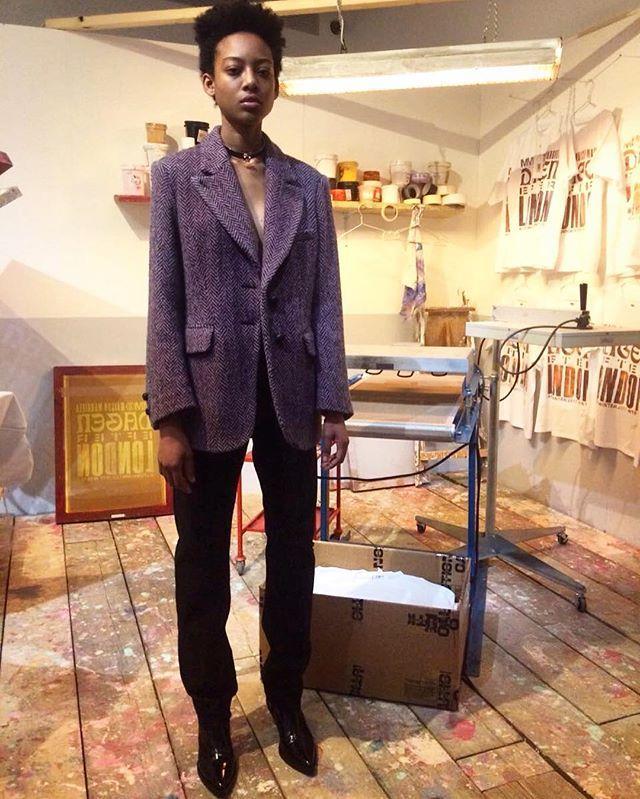 Recriando seu ambiente de trabalho em Paris a @mm6maisonmargiela apresentou sua coleção outono-inverno 2017 neste domingo (19) durante a Semana de Moda de Londres. A grife francesa mostrou todo seu processo de criação desde a prova de roupa passando pela estamparia até o styling. Looks formais apropriados para usar no escritório são alguns dos destaques da nova temporada. Via @patydantas8  via MARIE CLAIRE BRASIL MAGAZINE OFFICIAL INSTAGRAM - Celebrity  Fashion  Haute Couture  Advertising…