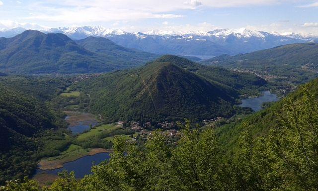 La nostra meta sarà il Monte Poncione di Ganna (993m) da dove ci si aprirà lo sconfinato panorama sulla Alpi svizzere e il Lago di Lugano da una parte, e Varese, la Valganna e il Sacro Monte dall'altra.