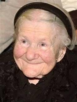 En el ghetto de Varsovia Irena Sendler salvaba bebés en el fondo de su caja de herramientas y en su carro  los niños más grandes. Enseñó a ladrar a su perro cuando se acercaba un soldado nazi, así éstos la dejaban pasar sin preguntas y ladridos cubría el llanto de niños.Salvó a 2500 niños judíos. Fue capturada y torturada, no pudo volver a caminar por las lesiones. Como ocultó los nombres originales de los niños en un frasco después de la guerra pudieron ser identificados