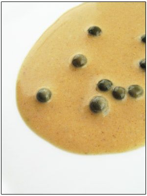 Voor 2 personen: – 70 ml ingekookte bruine fond– 30 ml water– 200 ml room– groene peperbolletjes op water– zout Breng de ingekookte bruine fond samen met het water en de room aan de kook.Kruid met zout en laat even doorkoken.Spoel de peperbolletjes even af en voeg ze bij de saus.Lekker met biefstuk en verse …