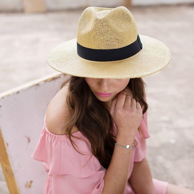 MR. BEACH BEACH BABY! - Zonnebrand? Check! Zonnebril? Check! Zonnehoed? Check! Met deze hoed ben jij helemaal klaar voor een dagje zonnen op het strand ;-) Het is niet alleen de finishing touch van je beach look, maar helpt daarnaast ook goed tegen de felle stralen van de zon. Kan je ook nog rustig een boekje lezen! www.modemusthaves.com
