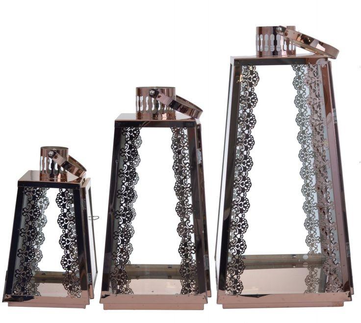 Latarnie metalowe z koronką w komplecie 3 szt. Latarnie w kolorze miedzianym o wysokości 46,36,26 cm. Boczne drzwiczki uchylne. Latarnie posiadają uchwyty. Wyjątkowo piękny komplet do dekoracji i wystroju wnętrza.  Lampiony będą pasowały do wnętrz z metalowymi i miedzianymi dodatkami.