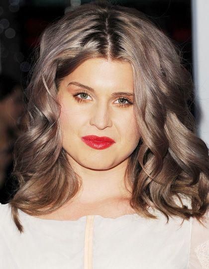 Hast ahora, Kelly Osbourne, hija de Ozzy Osbourne, ha probado diferentes tonos grisáceos entre el gris oscuro y el rubio grisáceo. El grisáceo castaño le sienta de maravilla.