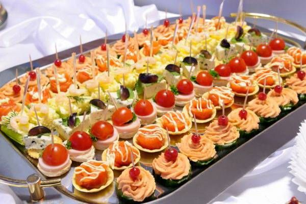Light hors d'oeuvres hour before dinner: 5-7 pieces per person. 50 guests: 3-4 types. 50-100 guests: 5-7 types.
