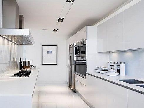 Cocina en blanco con electrodomésticos en acero. Preciosa