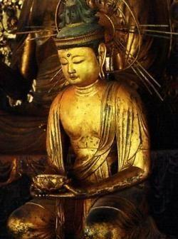【京都・三千院/阿弥陀如来及両脇侍像(1148年)】檜材、寄木造、漆箔。中尊は来迎印の上品下生印を結ぶ。脇侍の両観音像は目を閉じ、大和坐りしているのが特徴。向かって右の観音菩薩は死者の魂を運ぶ蓮華台を持ち、左の勢至菩薩は合掌。