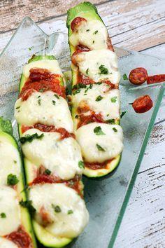 Low Carb Gefüllte Zucchini mit Tomaten und Salami