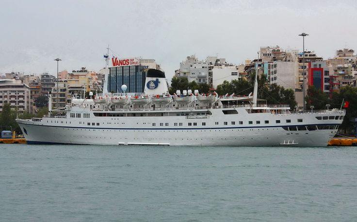 Το Funchal πλευρισμένο στον Πειραιά. ( Λευκό). (28/09/2008.