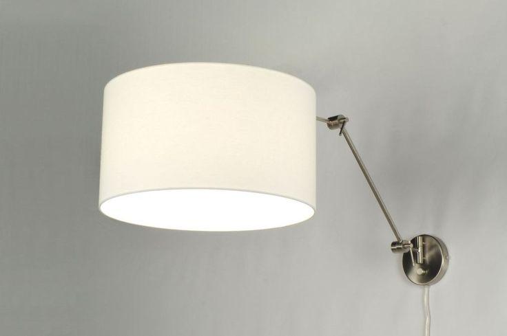 artikel 30019 Pendel wandlamp in staal, met mooie witte stoffen kap. De lamp heeft een dim/aan/uit-knop op de wandplaat. De lamp is draaibaar bij de wandplaat, en kantelbaar bij de 2 elleboog gewrichten. https://www.rietveldlicht.nl/artikel/wandlamp-30019-modern-staal_-_rvs-stof-wit-rond