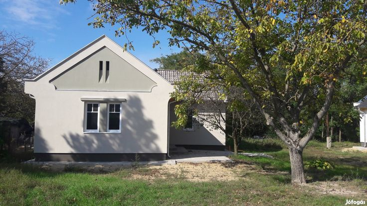 Kecskeméten igényes, új építésű családi ház eladó: Kecskemét kertvárosi övezetében igényes, exkluzív, új építésű családi ház eladó. - Csok igénybevehető. - Három szoba + nappali + fürdő+wc.  - Bruttó 103 m2. Nettó 82 m2+terasz18 m2. - Kerékpárút száz méterre, buszmegálló kétszáz méter, bevásárlóközpont a közelben. - Minimális rezsiköltség. - Minőségi anyagokból épült. Érdeklődni a 0620-9530-731-es telefonszámon lehet.