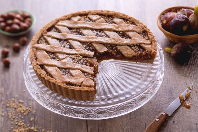 La crostata alle nocciole con confettura di fichi è uno strepitoso dolce con frutta fresca e secca insieme: vero tripudio di sapore e dolcezza!