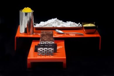 Papel crujiente de cacao, blini de chocolate, caviar de tónica de limón, espuma de avellana y té verde y sticks de coco