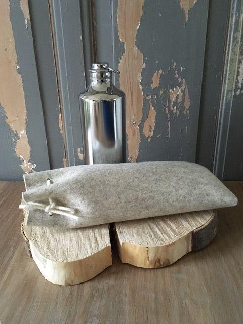 Kruikenzak KRÛK, gemaakt van 3 mm dik wolvilt. Houdt de warmte van een metalen kruik goed vast! Ook als kraamcadeau te bestellen en bezorgen. #kruikzak #kruikenzak #metalen #kruik #warmhoudfles #baby #kraamcadeau #babyshower #cadeau