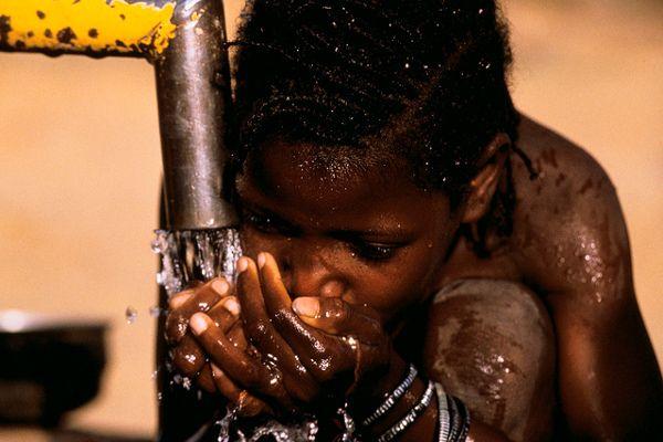 Quelle quantité d'eau devons nous boire chaque jour ? Cette question revient souvent et il n'y a pas de réel consensus sur ce sujet. Cependant il est clair que la quantité optimale dépend de l'âge, du sexe, du niveau d'activité et de l'environnement.