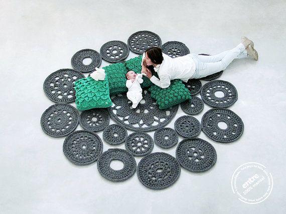 grande scala tappeto fatto a mano all'uncinetto modulare, collezione ENTRE - design N 022, nato il settembre 2013, dalle mani di ARTSPAZIOS