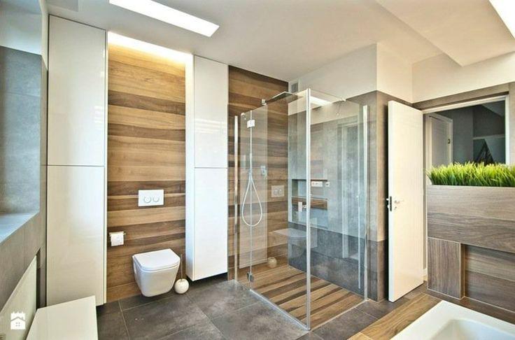 salle de bains moderne avec carrelage d'aspect bois et des plantes vertes
