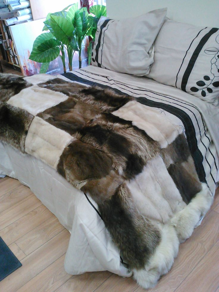 chemin de lit en fourrure recycl es accessoires fourrures pinterest. Black Bedroom Furniture Sets. Home Design Ideas