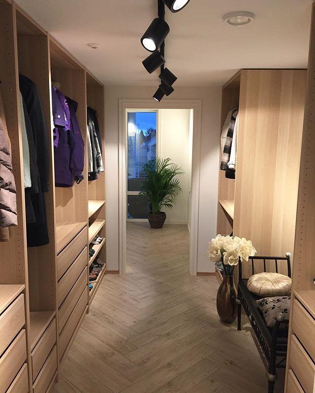 WEBSTA @ elise_kristine_ - [Hallway walk-in closet]🌿 Vi har faktisk ingen klesskap i huset. I stedet har vi tre walk-in closet vi oppbevarer klærne våre i. Et i gangen, et til jentene og et til mannen og meg. Dagens funfact😂 Ha en nydelig kveld💕✨💫 #interior123 #interiorwarrior #interior125 #dream_interiors #interior12follow #interior4all #interior9805 @ourluxuryhome #follandinspo @maritfolland #maritsstyle #inspoformilla #miennasverden #ssevjen #mynordicroom #interior4you1 #interior444…
