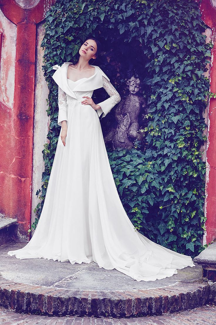Wedding dress with long sleeves and wide collar of Giuseppe Papini