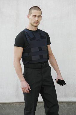 Het EnGarde Dual Use is een kogelwerend vest voor onder de kleding dat met twee NIJ Level III Dyneema® platen kan worden geupgrade. Deze lichtgewicht Dyneema® platen geven de drager van het vest een ongekende bescherming tegen slagen, messteken en kogels afgevuurd door handvuurwapens en geweren.   Zonder platen weegt het vest 1,95 Kg en met NIJ Level III platen weegt het vest slechts 4,5 Kg. Het vest is tevens verkrijgbaar met NIJ Level IV platen.