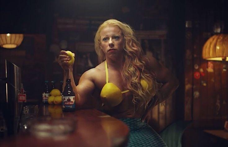 """Nächster verstörender Werbespot für Astra """"Kiezmische""""  Eine Nixe, die in der Bierkneipe aus ihrem Zitronenbusen großzügig Saft an die starken Männer und ihre Biere verteilt und sich """"Zitronixe"""" ne..."""