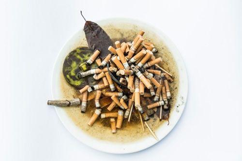 Aschenbecher  Aschenbecher  Das Bedürfnis, sich zu betäuben, um das Leben noch ertragen zu können, wächst. Der Konsum von Nikotin, Alkohol oder sonstigen Drogen steigt, was nicht selten in einem Teufelskreislauf mündet.