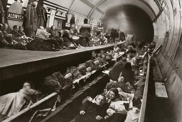 En octubre de 1940, mientras las bombas alemanas llovían sobre su ciudad, los londinenses buscaban un lugar seguro donde pernoctar en la estación de metro de Aldwych, una de las 80 utilizadas como refugio durante la Segunda Guerra Mundial.