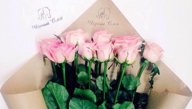 Розы нежно розового цвета с новым трендом в упаковке!