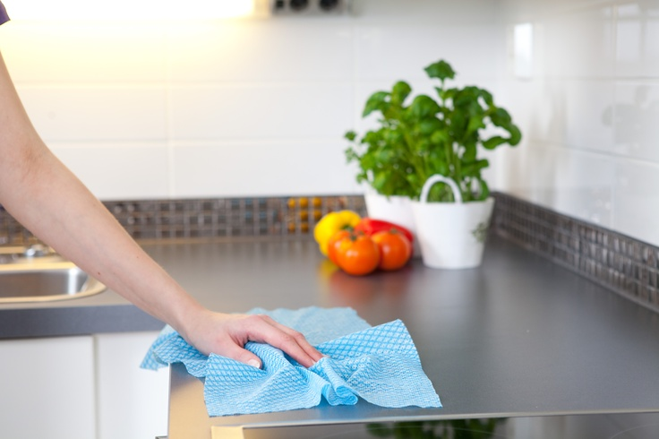 SINI Keittiöliina on keittiön ja ruokalutilan pintojen pyyhkimiseen tarkoitettu kevyt ja ilmava liina. Sinivalkoruudullinen liina on hygieeninen ja se huuhtoutuu hyvin. Liinan pienet reiät nopeuttavat kuivumista ja pitävät liinan raikkaana pitkään.