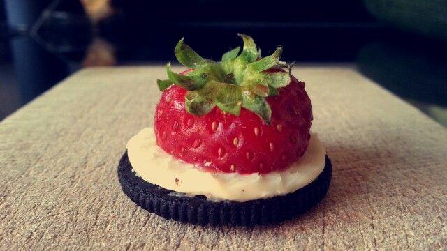 Halve oreo met aardbei | oreo snack | high tea idee | verjaardags hapje | zoete hapjes | snel en makkelijke snack | fruit snack