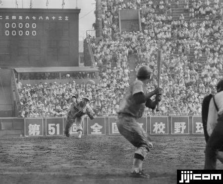 高校野球決勝 青森県立三沢高校ー愛媛県立松山商業高校。延長18回を投げきった三沢高校の太田幸司投手。試合は0―0で翌日…