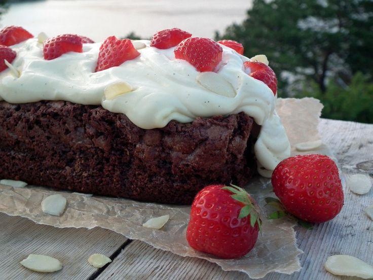 Brownie med vaniljekrem og jordbær  {Bakemagi.no}