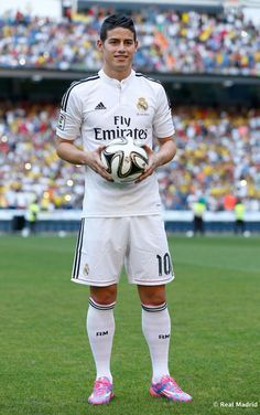 James Rodriguez Real Madrid 22/0714 James Rodríguez, sobre el césped del Santiago Bernabéu