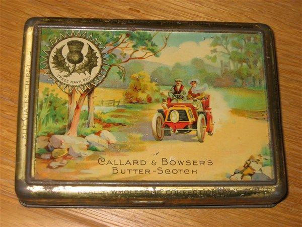 Antica scatola di latta con macchina
