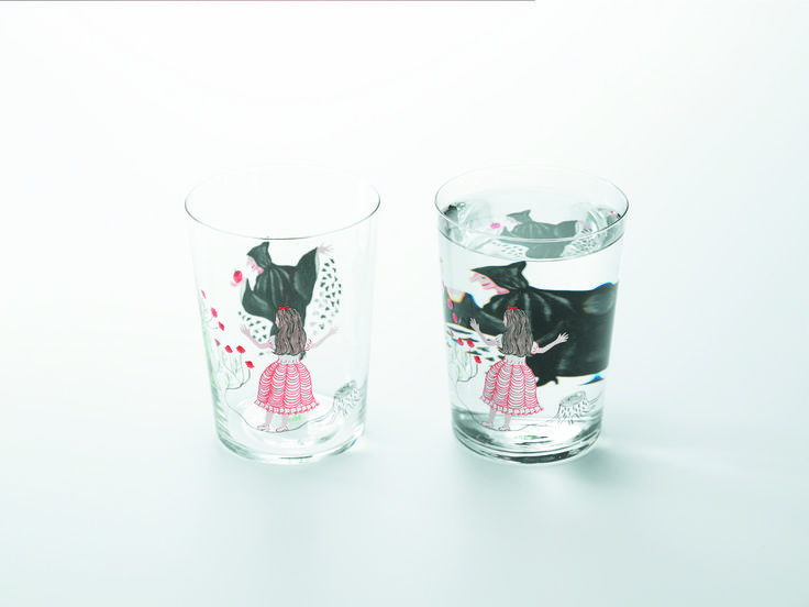 「Method of drinking fairy tale」『 Snow White 』when glass is filled with a clear beverage, images on the back are magnified and seem to move.Entertaining fairy tale designs come alive when you use yhe glass.
