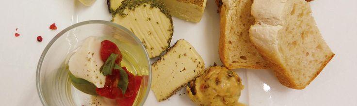 """イギリス発祥のチェダーチーズを日本の発酵調味料・味噌を隠し味に作りました。 発酵が醸し出す香りと味はそのままお召し上がり頂くだけでなく、 お野菜のグリルと合わせたり、 サラダのトッピングにもお勧めです。  スイス地方原産のグリュイエールはチーズフォンデュに使うことで有名ですが、お店ではパスタソースにしたりディップにしてお出ししたりもします。  ブリーはフランス原産の白カビチーズです。ペッパーや山椒、黒七味、クランベリー、スモークなどの様々なフレーバーと食感でお作りしています。パンにのせたり、ドライフルーツや野菜と一緒にお召し上がり頂くのもお勧めです  """"スーパーフード""""スピルリナを使用する事で、ブルーチーズの青かびの色と風味を出しました。ワインはもちろん日本酒と一緒に是非どうぞ!  プレーン味でも美味しいクリームチーズをドライフルーツとナッツで更に 美味しくしました。パンに付けるのはもちろんの事、スイーツの様にそのまま 食べるのもお勧めです。ガーリックやハーブで味付けをした塩味タイプはワインのお共にピッタリです。…"""