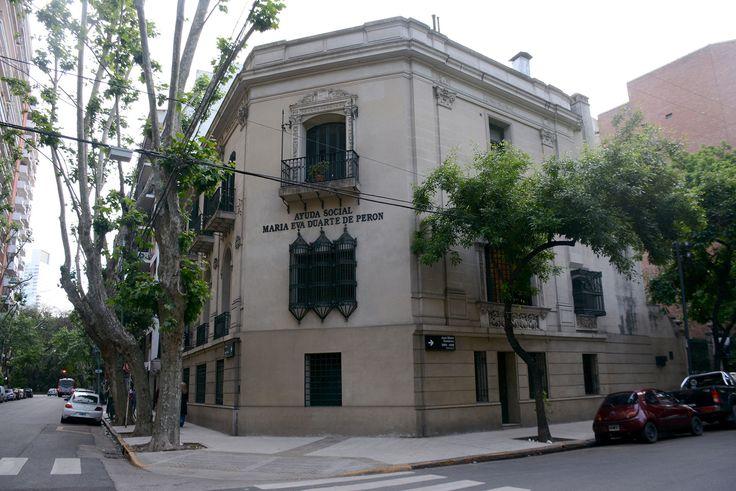 La casa que es sede del Instituto Nacional de Investigaciones Históricas Eva Perón-Museo Evita fue construida a principios del siglo XX para la familia Carabassa en la esquina de Lafinur y Juan María Gutiérrez