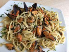 Gli spaghetti con le cozze sono un primo piatto mediterraneo, profumato e saporito. Con o senza pomodoro è una ricetta semplice da preparare