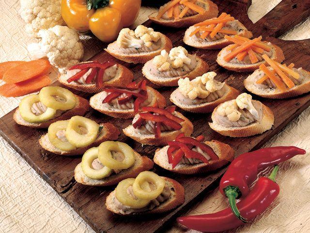 Değişik Tatlarda Bruschetta  Havuçları ve biberleri yıkayıp kuruladıktan sonra jülyen doğrayın. Salatalıkları yıkayın ve halka şeklinde kesip çekirdeklerini çıkartın. Kabın içinde birkaç diş kıyılmış sarımsak ve biberiye ile zeytinyağını aromatize edin. Halka şeklinde kesilmiş İtalyan acı biberini aromalı zeytinyağı ile tavada soteleyin. Acı biber zeytinyağına…