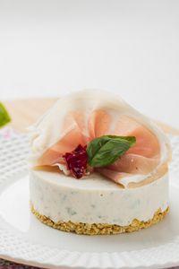 Cheesecake au St Môret®, Tomates séchées et Basilic - Cuisine Addict