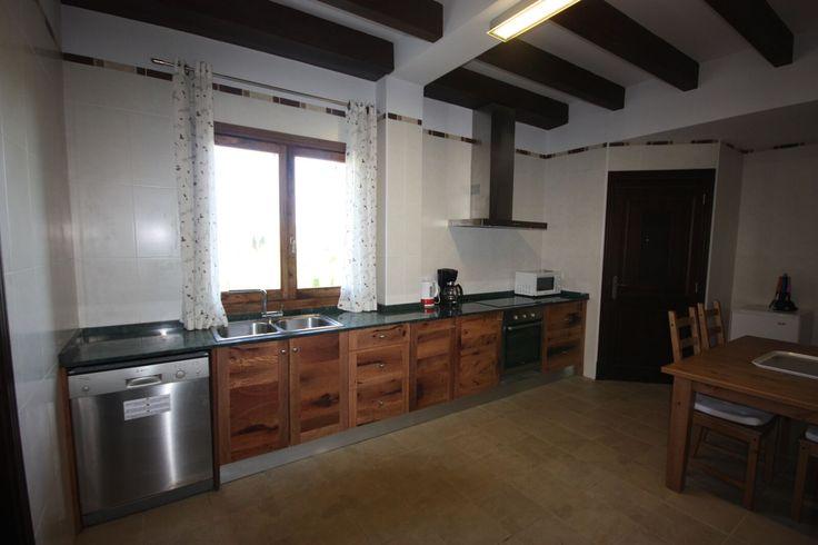 """Vila """"El Palmeral"""": pre 12+2+2 ľudí kompletne vybavená kuchyňa, obývačka s jedálňou a krbom, WC, práčovňa, 2x dvojposteľová izba každá s vlastnou kúpeľňou a sociálnym zariadením, 2x dvojposteľová izba, 2x suita, 4x kúpeľňa, každá suita má vlastnú obývaciu miestnosť. Vlastný bazén 70 m2 plus malý detský bazén 13,30 m2, free WIFI v obývačke. http://www.holamallorca.net/ubytovanie"""
