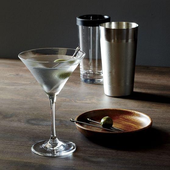 Boston Kokteyl ShakerKlasik shaker'ların ötesinde olan Boston kokteyl shaker, iki farklı dokuya sahip çelik gövdesi ve sızdırmaz cam bardağı ile renkli kokteyl gösterileri sunuyor. Cam bardak, paslanmaz çelik gövdenin içinde saklanarak yer kaplamadan muhafaza edilebiliyor.