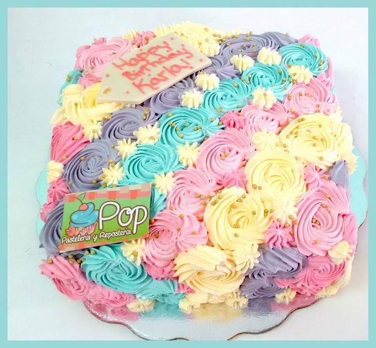 Pastel de rosetones de betún de colores elaborado en POP PASTELERÍA
