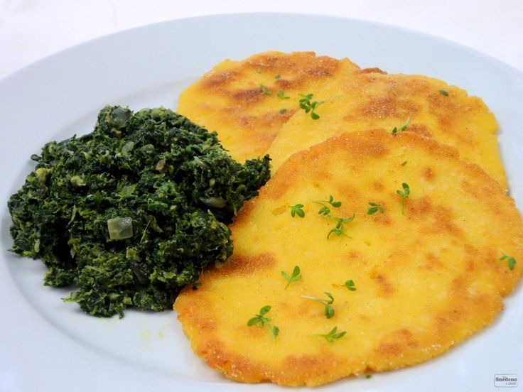 Krásně žluté a krásně křupavé placky z vařených brambor, čedaru a kukuřičné mouky chutnají báječně s dušeným špenátem.