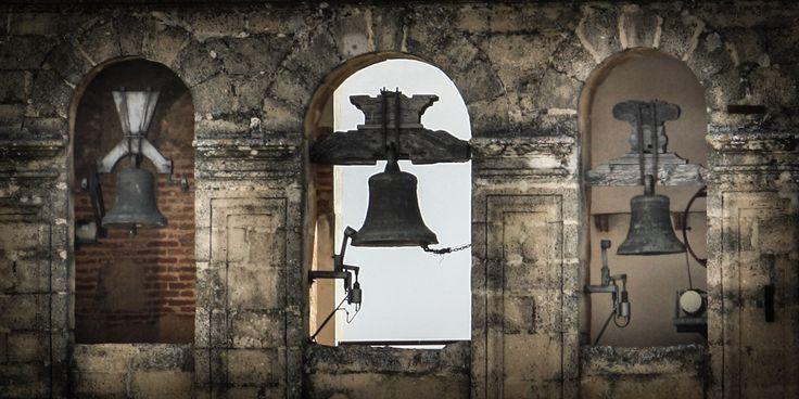En las ciudades más antiguas, en especial en el casco antiguo, las campanas suenan a cada hora desde el campanario de la iglesia o catedral local. A veces es difícil escucharlas dentro del trajín d…