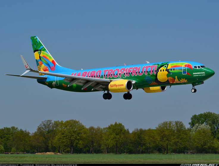 "TUIfly Boeing 737-8K5 D-ATUJ ""Paradiesvogel"" displaying the HARIBO TROPIFRUTTI special livery while on short final approach to Hannover-Langenhagen, May 2017. (Photo: Thomas Schmidt-Blindenhöfer)"