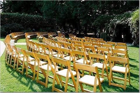 acomodo de las sillas para una gran boda en jardin