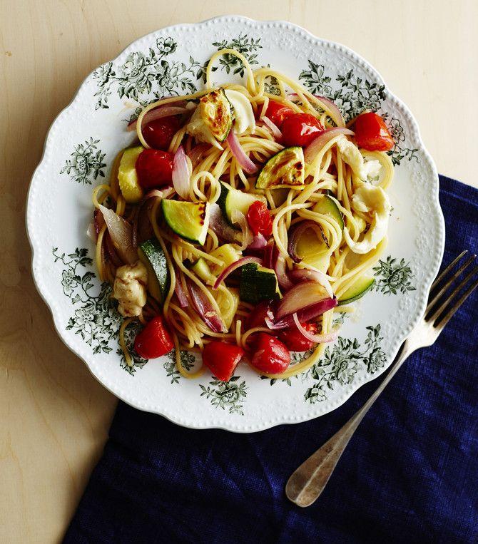 Marinoi kasvikset sillä aikaa, kun pasta kiehuu. Maukas kasvispasta ei rasita lompakkoa.