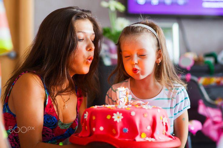 День рождения - День рождения, Веронике 5 лет, сестра помогает задуть свечи.